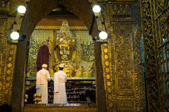 La imagen mayor de Mahamuni Buda del lavado del monje en el ritual del lavado de la cara de la imagen de Buda cada mañana Imagenes de archivo
