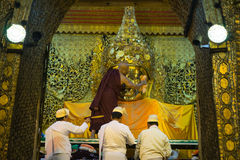 La imagen mayor de Mahamuni Buda del lavado del monje en el ritual del lavado de la cara de la imagen de Buda cada mañana en 4am Imágenes de archivo libres de regalías