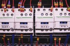 La imagen muestra el cubículo de control Contactores eléctricos de Schneider dentro del caso del poder Foto de archivo libre de regalías