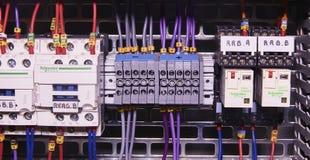 La imagen muestra el cubículo de control Contactores de Schneider y disyuntores eléctricos de Schneider dentro del caso del poder Foto de archivo