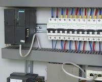 La imagen muestra el cubículo de control Dispositivo de Schneider y disyuntores eléctricos de Schneider dentro del caso del poder Imagen de archivo libre de regalías