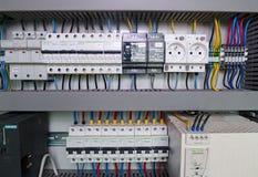La imagen muestra el cubículo de control Dispositivo de Schneider y disyuntores eléctricos de Schneider dentro del caso del poder Fotos de archivo