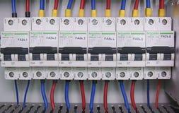 La imagen muestra el cubículo de control Dispositivo de Schneider y disyuntores eléctricos de Schneider dentro del caso del poder Fotografía de archivo