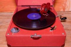 La imagen muestra a gramófono del vintage la marca checa famosa Supraphone El gramófono y el disco de vinilo rojos de la conclusi Fotografía de archivo libre de regalías