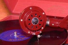 La imagen muestra a gramófono del vintage la marca checa famosa Supraphone El gramófono y el disco de vinilo rojos de la conclusi Imágenes de archivo libres de regalías