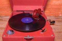 La imagen muestra a gramófono del vintage la marca checa famosa Supraphone El gramófono y el disco de vinilo rojos de la conclusi Imagen de archivo