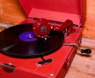 La imagen muestra a gramófono del vintage la marca checa famosa Supraphone El gramófono y el disco de vinilo rojos de la conclusi Foto de archivo