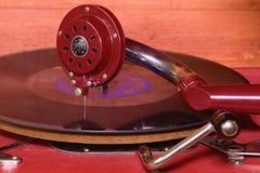 La imagen muestra a gramófono del vintage la marca checa famosa Supraphone El gramófono y el disco de vinilo rojos de la conclusi Imagenes de archivo