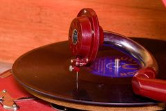 La imagen muestra a gramófono del vintage la marca checa famosa Supraphone El gramófono y el disco de vinilo rojos de la conclusi Fotos de archivo