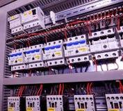 La imagen muestra los disyuntores y los contactores eléctricos, marca SCHRACK Primer Caso moderno de la distribución Contorl Imágenes de archivo libres de regalías