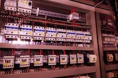 La imagen muestra los disyuntores y los contactores eléctricos, marca SCHRACK Primer Caso moderno de la distribución Contorl Imagenes de archivo
