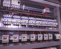 La imagen muestra los disyuntores y los contactores eléctricos, marca SCHRACK Primer Caso moderno de la distribución Contorl Fotos de archivo libres de regalías