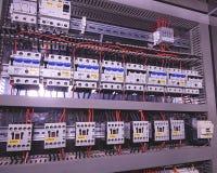 La imagen muestra los disyuntores y los contactores eléctricos, marca SCHRACK Primer Caso moderno de la distribución Contorl Foto de archivo
