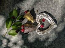 La imagen romántica del corazón y del vidrio de cobre con una cereza fotografía de archivo libre de regalías