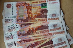La imagen separada hacia fuera como billetes de banco de una fan del banco central de la Federación Rusa con paridad de 5 mil rub imagenes de archivo