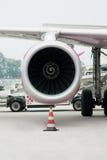 La imagen vertical muestra el motor del avión, que se coloca Fotos de archivo