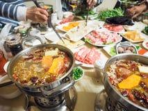 La immersione dinning cinese ha affettato la carne in minestra calda dei peperoncini rossi immagine stock