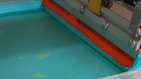 La impresión de pantalla de seda de la fábrica de la materia textil 4K se cierra encima del vídeo metrajes