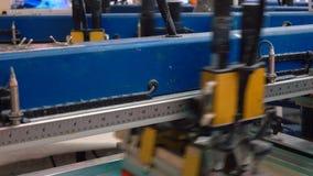 La impresión de pantalla de seda de la fábrica de la materia textil 4K se cierra encima del vídeo almacen de metraje de vídeo