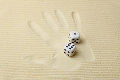 La impresión de una palma con corta la mentira en cuadritos en ella Imagenes de archivo