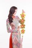 La impresión que lleva ao dai de la mujer vietnamita hermosa que se considera afortunado adorna el objeto Imágenes de archivo libres de regalías