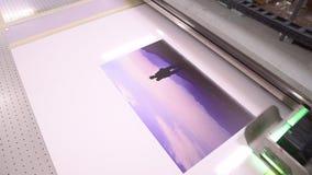 La impresora con las lámparas ULTRAVIOLETA Visión superior Los trabajos de la impresora polygraphy metrajes