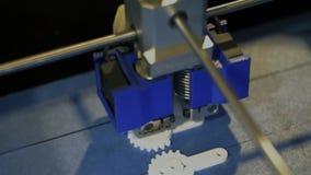 la impresora 3D está haciendo un bosquejo en el laboratorio, una visión superior almacen de video