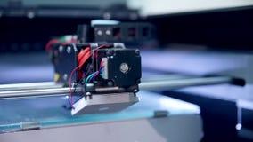 la impresora 3d funciona, haciendo la figura de ser humano del plástico almacen de metraje de vídeo
