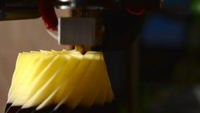 la impresora 3D imprime el primer de la forma almacen de metraje de vídeo