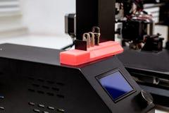 la impresora 3d imprimió el soporte para memorias USB y las tarjetas de memoria Fotos de archivo libres de regalías