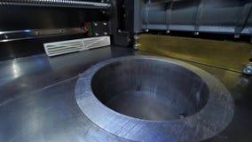 La impresora tridimensional automática 3d realiza la creación del producto Fabricación moderna de la impresión 3D o del añadido y almacen de video