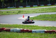 La impulsión del hombre joven va kart en pista imágenes de archivo libres de regalías