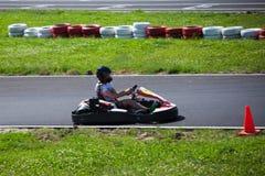 La impulsión del hombre joven va kart en pista fotografía de archivo
