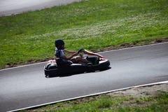 La impulsión del hombre joven va kart en pista imagenes de archivo