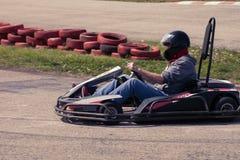 La impulsión del hombre va kart en la opinión de la parte posterior de la pista Fotografía de archivo libre de regalías