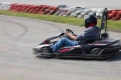 La impulsión del hombre va kart en la opinión de la parte posterior de la pista Foto de archivo libre de regalías
