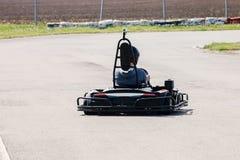La impulsión del hombre va kart en la opinión de la parte posterior de la pista Fotos de archivo libres de regalías