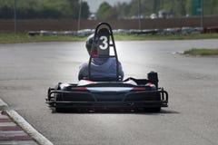 La impulsión del hombre va kart en la opinión de la parte posterior de la pista Fotos de archivo
