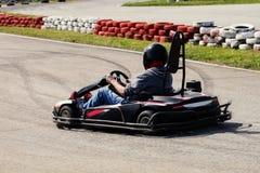 La impulsión del hombre va kart en pista Foto de archivo