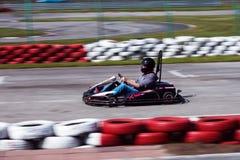 La impulsión del hombre va kart en pista fotografía de archivo