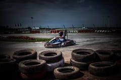 La impulsión del hombre va kart en pista Fotos de archivo libres de regalías