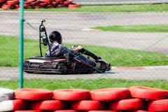 La impulsión del hombre va kart en pista Fotos de archivo