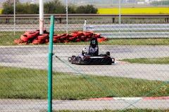 La impulsión del hombre va kart en pista Imagenes de archivo