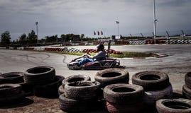 La impulsión del hombre va kart en pista Imagen de archivo