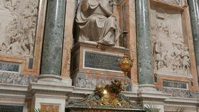 La inclinación abajo tiró de una estatua dentro del maggiore de Santa María de la basílica, Roma, almacen de video