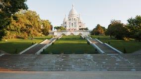 La inclinación para arriba tiró de la basílica del coeur del sacre, París metrajes