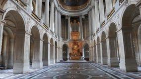 La inclinación para arriba tiró de la capilla real en el palacio de Versalles, París almacen de metraje de vídeo