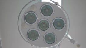 La inclusión del gabinete en funcionamiento de las lámparas almacen de video