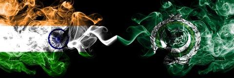 La India contra las banderas del humo de la liga ?rabe colocadas de lado a lado Banderas sedosas coloreadas gruesas del humo de l fotos de archivo