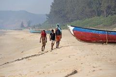 La India, GOA, el 22 de enero de 2018 Los niños indios están caminando a lo largo de la costa Barcos en la playa o en la playa imagen de archivo